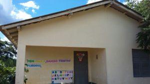 Escola que está sem água e depende dos pais dos alunos que estão ajudando