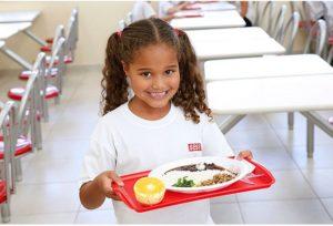 Criança almoçando alimentos fornecidos pela agricultura familiar ao PNAE. Foto: EBC.
